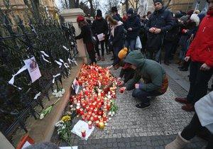 Před slovenskou ambasádu v Praze přišli lidé uctít památku zavražděného slovenského novináře a jeho přítelkyně.