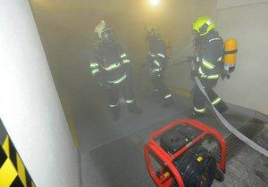 Čtyři jednotky pražských hasičů zasahovaly v sobotu před půlnocí u požáru poblíž Pražského hradu.