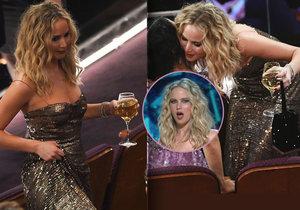 Jennifer Lawrence se nemohla na Oscarech od skleničky odtrhnout.