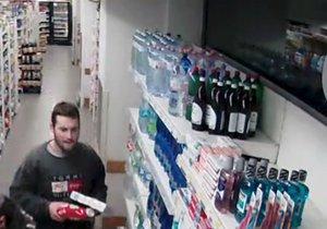 Muž platil v obchodě cizí platební kartou.