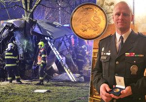 Nadpraporčík Martin Šindler pomáhal na místě nehody linkového autobusu u Horoměřic. Za své nasazení obdržel medaili.