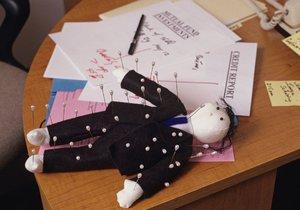 Bodání do voodoo panenky s obličejem šéfa může být pro zaměstnance velice přínosné.