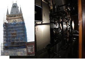 Na Staroměstské radnici opět fungují hodiny pod ochozem věže. Ručičky mají obráceně.