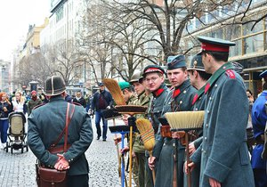Četníci s košťaty u Václaváku vzbudili rozruch: Sbírali podpisy proti regulaci zbraní