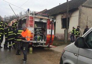 V tomto domě na Znojemsku zemřely tři děti (†1, †4, †9) Nepřežily požár.