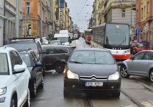 Kvůli uzavírce Husitské ulice zkolabovala doprava na Žižkově.