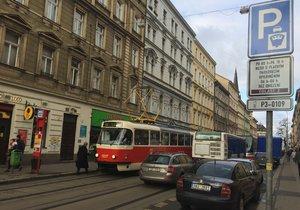 Situaci na Žižkově ztěžují i auta zaparkovaná podél Seifertovy ulice.