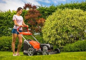 O skvělém vzhledu trávníku rozhoduje jeho kvalitní a pravidelné sečení. Třeba některou ze samochodných benzinových sekaček Oleo-Mac.