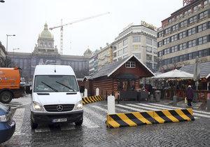 Magistrát nechal umístit zábrany na Václavském náměstí.