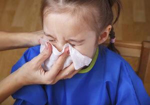 S rýmou není potřeba jít k lékaři, ale pokud se přidá kašel a horečka, rozhodně je třeba dítě nechat ležet.