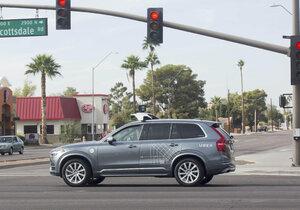 První smrtelná nehoda auta jedoucího na autopilota byla zaviněná chodcem. Žena před auto vstoupila nečekaně a z neosvětleného místa, tvrdí arizonská policie.