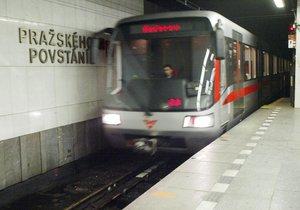 Mezi Pražského povstání a Kačerovem nejezdilo metro. Vlak tu srazil člověka