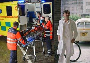 Záchranáři v Česku si často přibírají vedlejší zaměstnání. Seriálový doktor Jandera v podání Jaromíra Hanzlíka by se tomu nejspíš divil