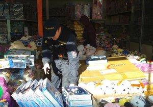 Celníci na tržnici v Holešovicích našli padělky hraček za statisíce.