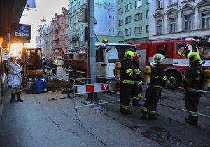 Hasiči evakuovali supermarket na Vinohradech kvůli úniku plynu.