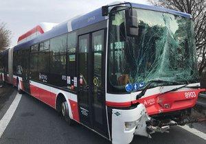 Ve čtvrtek brzy ráno havaroval příměstský autobus poblíž Letiště Václava Havla.