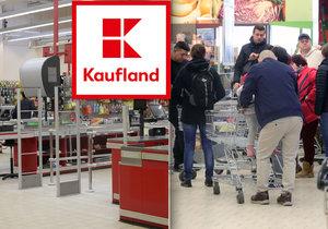 Kvůli problémům s pokladnami Kaufland uzavřel desítky obchodů. Takto lidé stáli u prodejny na Praze 7
