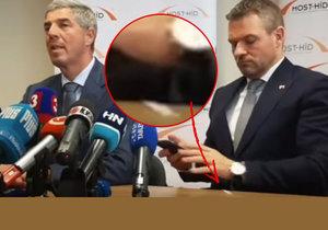 Tisková konference nového slovenského premiéra Pellegriniho a předsedy Most-Hídu Bugara. Pellegrinimu ze saka vypadl podezřelý balíček.