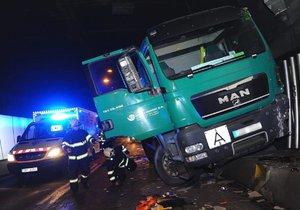 Strahovský tunel byl kvůli nehodě pět hodin neprůjezdný. Řidič náklaďáku se zranil