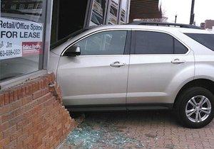 Sedmnáctiletá dívka při závěrečných testech vjela do kanceláře autoškoly.