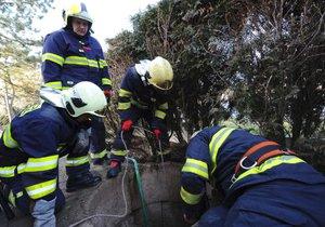 Dvě děti na Rakovnicku spadly do hluboké studny! Muž-hrdina je držel nad hladinou do příjezdu hasičů
