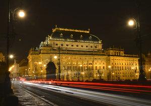 Národní divadlo je i ve tmě nepřehlédnutelné.