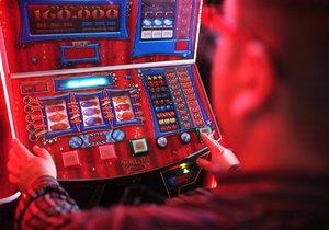 Barman prohrál na automatech 165 tisíc, které si vzal z kasy (ilustrační foto)