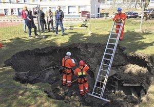 Na Černém Mostě se propadla půda, o protiatomový kryt ale nešlo.