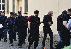 Alžířané, kteří měli znásilnit turistku v Praze, přicházejí k soudu.