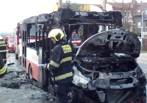 V Kyjích shořel autobus MHD.