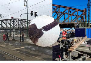 Lávky na železničním mostě zničil rez.