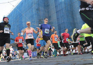 Běžci vtrhnou do centra Prahy! Jak sobotní půlmaraton omezí dopravu?
