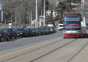 Situace kolem parkování byla neúnosná také v Podolí u tramvaje číslo 17, s tím je teď konec.