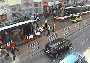 Tramvaj na Klamovce srazila 50letého muže: Upadl do bezvědomí, doprava v místě byla omezena