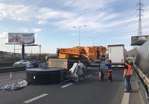 Uzavřený jízdní pruh na Jižní spojce: Na Spořilově z návěsu spadl náklad