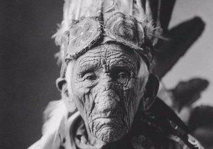 Indián měl silně vrásčitou pleť.