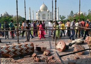 Tádž Mahal byl poničen.