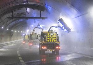 Takto vypadá mytí Tunelového komplexu Blanka.