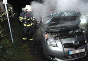 Hasiči brzy ráno zasahovali u případu hořícího auta v Písnici.