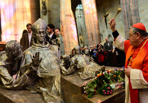 Sousoší sv. Vojtěcha, Radima a Radly se po 70 letech vrátilo do chrámu sv. Víta. Kardinál Duka tím splnil přání svého předchůdce Josefa Berana.