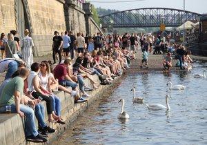 Téměř tropické teploty vyhnaly Čechy k vodě.