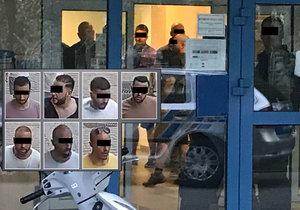 Policie zadržela skupinu cizinců, kteří jsou podezřelí z napadení číšníka v centru Prahy.