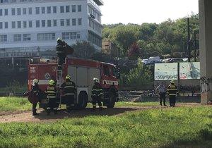 Na železnici v Praze se oběsil muž (32). Kvůli zásahu je omezená doprava