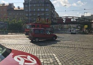 Část Holešovic v dopravním ochromení: Kvůli stržené troleji nejezdily tramvaje