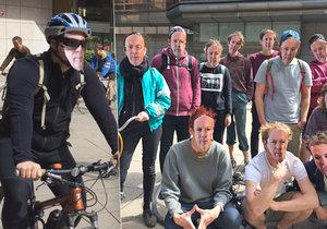 Aktivisté protestní jízdou v maskách starosty Oldřicha Lomeckého vyjadřovali nesouhlas s omezením cyklistů v centru Prahy.