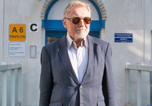 Nemocnému Karlu Gottovi (78) se dál přitížilo: Musel na kapačky!