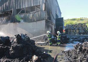 Boj s ohnivým živlem v Úholičkách: Halu s odpadem uhasili, škoda je 60 milionů