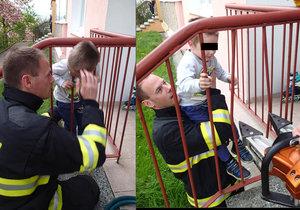Malý chlapec z Varů strčil hlavu mezi zábradlí a nemohl ven. Pomohli mu až hasiči.