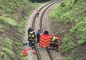Na kolejích v pražských Košířích nalezli mrtvého muže.