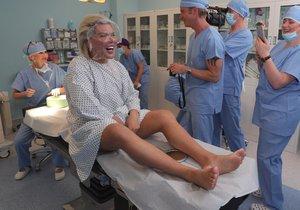 Živý Ken Rodrigo Alves se v Praze podrobil operaci obličeje.